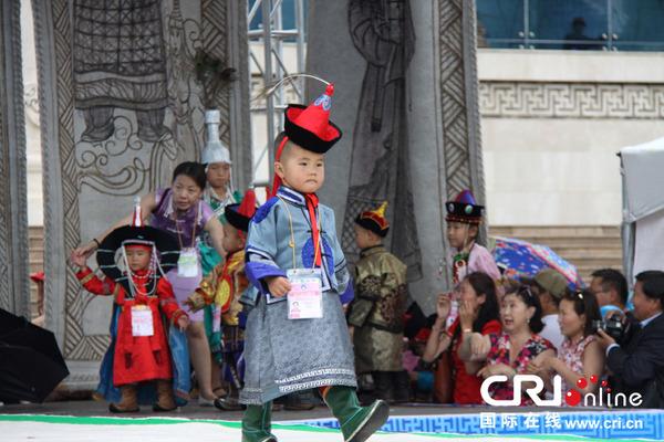 蒙古儿童服饰