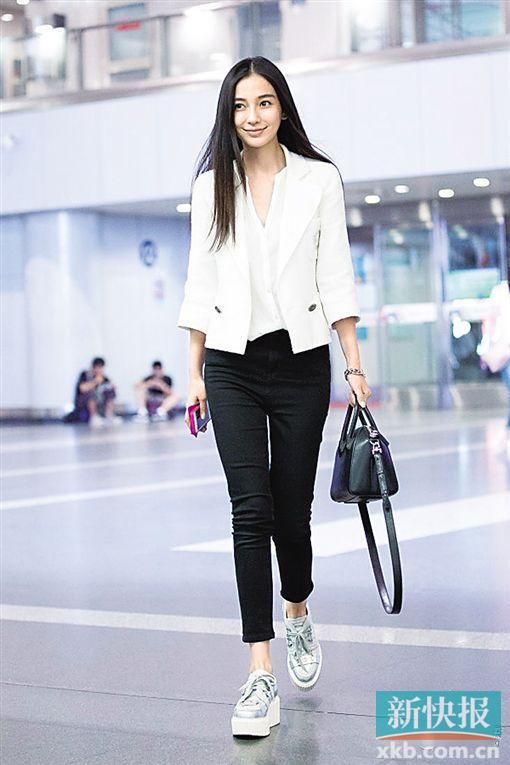 白色v领衬衫搭配白色外套