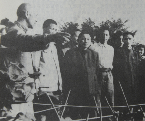 图为1958年10月10日,邓小平视察石家庄市郊区的农业生产情况。 邓小平担任了党和国家的重要领导职务后,虽日理万机,公务繁忙,但他的心里一如既往地装着河北人民。他多次到河北视察,对于河北的建设和发展给予指导。 1958年9月和10月,邓小平先后到霸州市胜芳镇煎茶铺公社水稻卫星田、文安县和石家庄市留营、桥东区红旗公社的幼儿园、食堂,石家庄车辆厂家属办的铸铁厂、华北制药、石家庄钢厂等处视察。