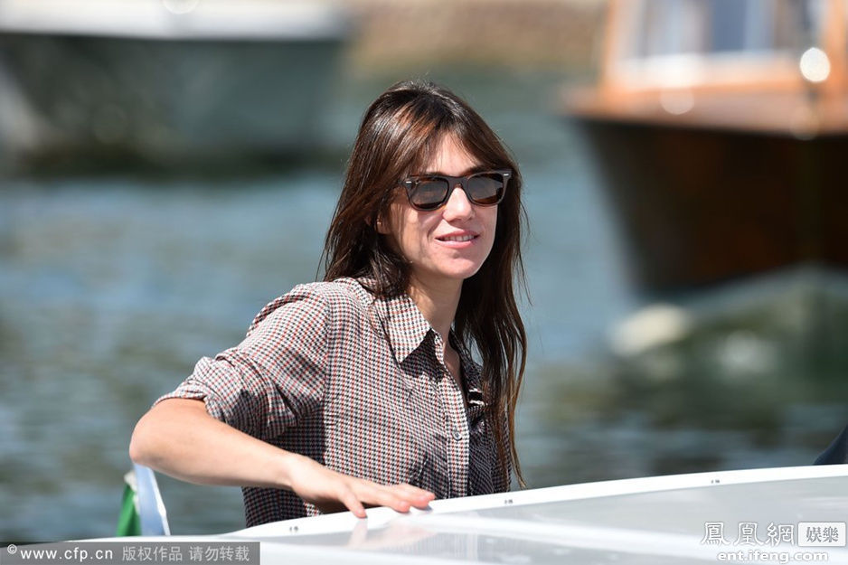 女性瘾者夏洛特甘斯布亮相威尼斯 将赴两电影