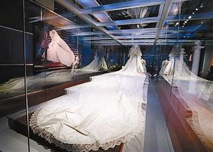 据英国《每日邮报》8月30日报道,英国已故王妃戴安娜的梦幻婚纱终于