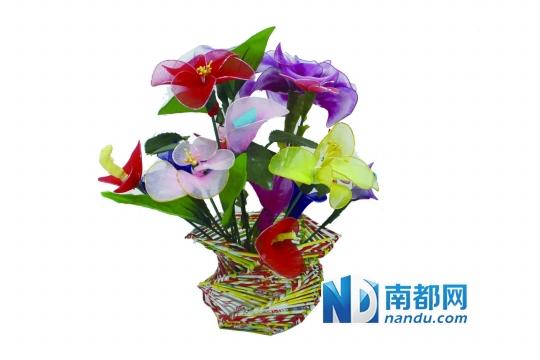 作者:刘悦 谁说制作手工花是大人的专利,小朋友们也能插上一手。刚刚结束的怡锦社区服务中心的暑假班活动中,小朋友们就大展身手了一把,让一旁的大人都吃了一惊。 看着这些用五颜六色的宣传单张、皱纹纸,折叠成的一个个形状各异的花瓶、一朵朵俏丽的花朵,难道它们都是出自孩子之手? 对,你没有看错,这些是一群年龄介于8岁到14岁之间孩子们的作品,其中的大多数还是他们倾情奉献的第一次处女作品。 虽然有社工老师在一旁手把手教,但孩子们所学之快仍令人惊讶,一张张宣传单张揉成一条条长线,再把他们连接拼成花瓶,一根完工紧接第二