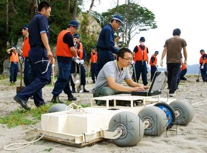 警方等在岩手县釜石市的海岸地区使用雷达搜寻失踪者线索。