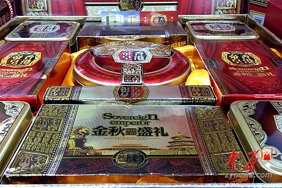 在一家超市里,这样一盒精装的月饼售价不到200元,买立减50元-中秋