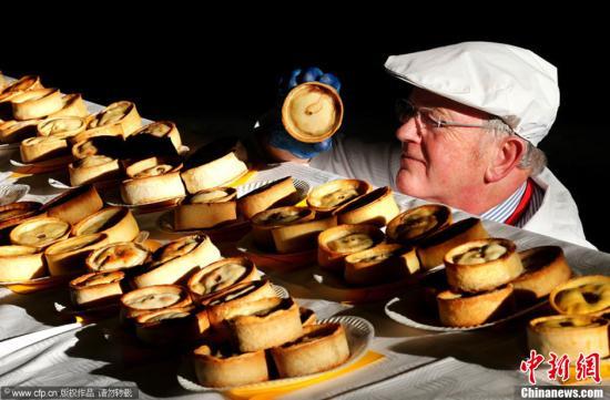 当地时间11月27日,英国丹弗姆林,第14届世界苏格兰馅饼锦标赛在当地举行。图片来源:CFP视觉中国