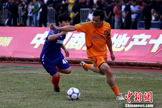 黄日华率香港明星足球队义赛 为贫困儿童筹善款