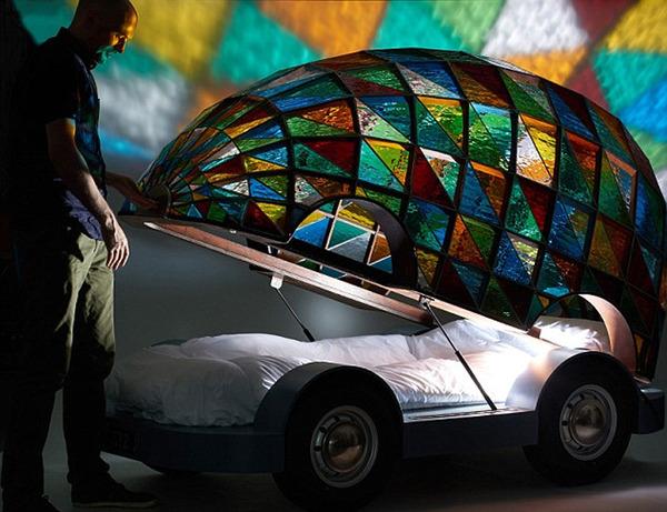 英设计师用七彩玻璃制成无人驾驶汽车 内设床铺 高清组图高清图片