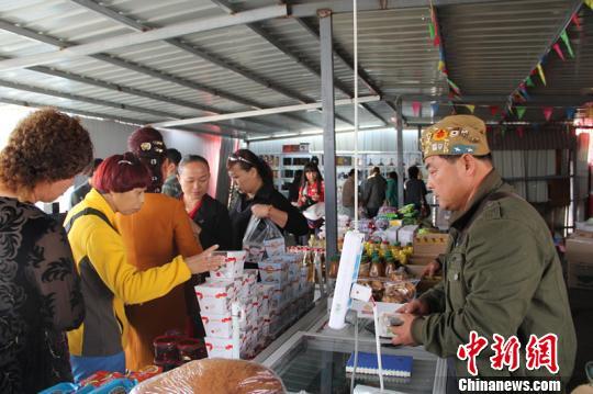 新疆霍尔果斯特区哈国特色商品吸引中国游客|