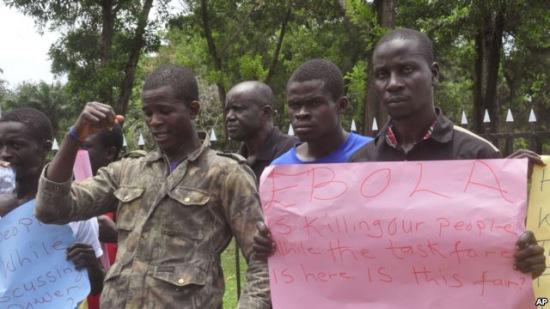 利比里亚议会外面有人抗议政府没有帮助社区对抗埃博拉