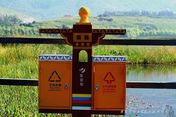 2014-9-17 迪庆松赞林寺 曾经,西藏是我的一个梦,那里是我能想到的最接近天堂的一个地方。诚然,她是贫穷的,在她最绚烂的苍穹下铺陈着极大的物质的贫瘠;但是,她又是最富裕的,我仅是凭借着来自铅字的描写和自己的想象,就武断而任性地得出这样一个观点,因为他们的信仰,那份质朴而坚定地坚守让我相信,他们的心灵是世间最宁静的所在。 直到我去了西藏。 到达,是梦的开始,亦是结束。 我的西藏之行带给我极其复杂的感受,虽然那时拉萨还没有像丽江那样赤裸裸地给自己披上一件艳遇之都的外套,但是,也已经有不少文青无病呻吟地到