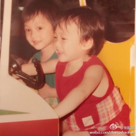 旁边的小朋友则穿着红色的衣服,笑得很开心.