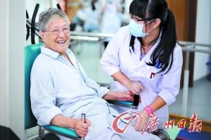 廣州一傢養老院,醫護人員和傢屬陪同老人做康復訓練。記者莫偉濃 攝
