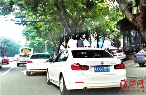 风起舞_﹄摄于福州西湖门口   N海 海都讯 闹市街头,一辆宝马轿车疾