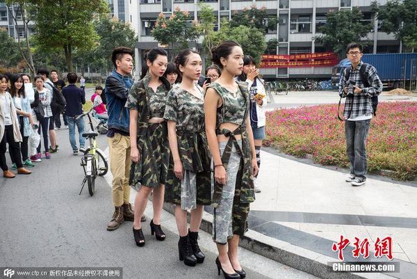 军训服废物利用 大学生玩时尚快闪