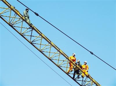男子爬上30米高塔吊 吊车司机去救也被困