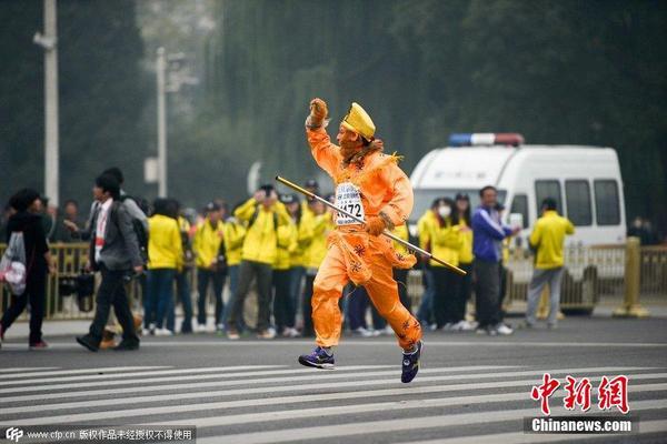 2014北京国际马拉松开跑 选手奇葩造型吸睛图片