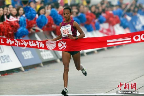 中新社发盛佳鹏摄-北京马拉松雾霾中落幕 埃塞俄比亚选手包揽男女图片