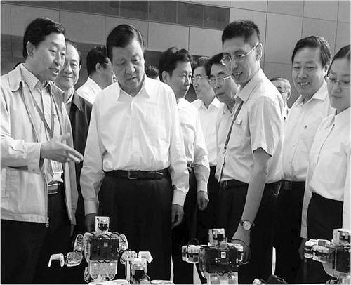 ①刘云山等中央领导参观全国科普日自动化所展项。