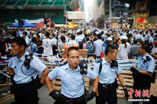香港警方:旺角非法霸占区事态升级_正步向暴乱的边缘