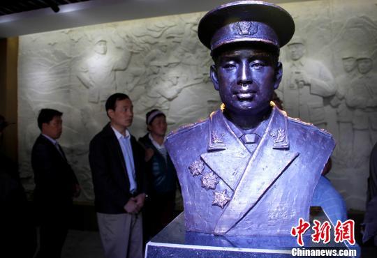 """民众参观""""许世友将军在胶东纪念馆""""。 王娇妮 摄"""