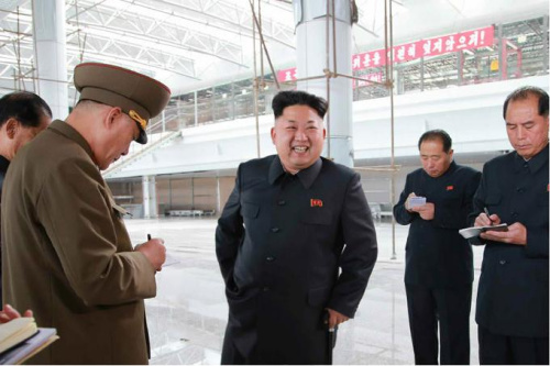 朝鲜最高领导人金正恩视察平壤国际机场工地。(图片:《劳动新闻》)