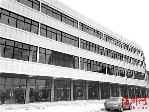 福州外语外贸学院门口两栋大楼完工 居民称违建