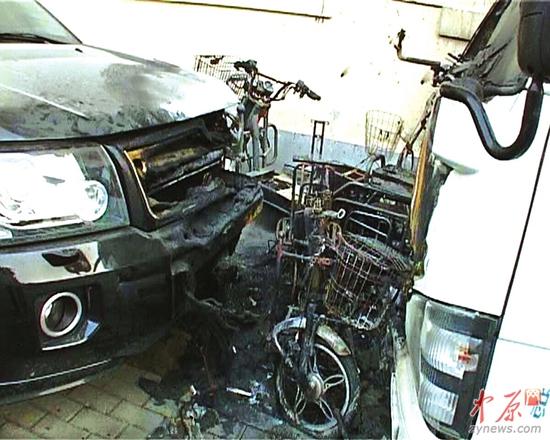 郑州一小区电动车充电失火 路虎车头被烧毁(图)