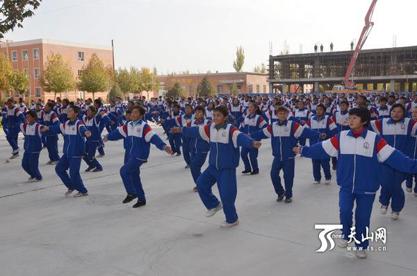 乌帕尔中学学生齐跳《小苹果》.