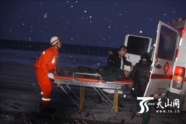 新疆塔城玛依塔斯降雪致路面结冰 7辆车冲下路基侧翻