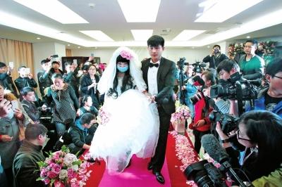 郑州李文波_这场在郑州一家医院举行的凄美的婚礼,感动了很多人.记者李文波摄影