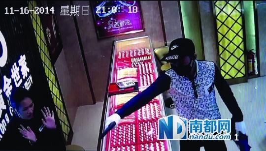 qq飞车春风十里服饰女-戴口罩男子用枪指着女店员.视频截图   案发地:三水芦苞镇   抢劫者图片