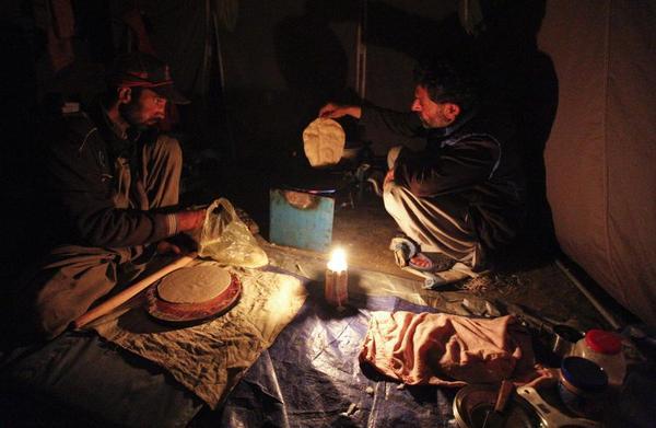 014年9月12日,52岁的砌砖工shukrullah baig与一名前五星级高清图片