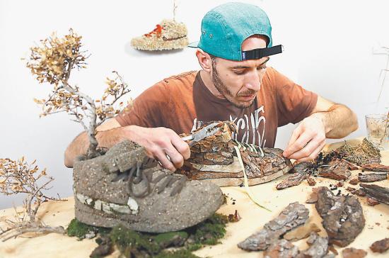11月25日,法国艺术家吉内用泥土,石头,木头,树枝,花草等材料,创作出