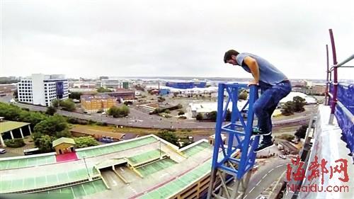 金斯顿徒手爬上了12层楼高的吊车