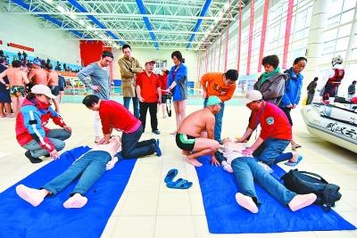 全市29支水上救援志愿者队伍的800余人参与了这次活动,活动向游泳爱好