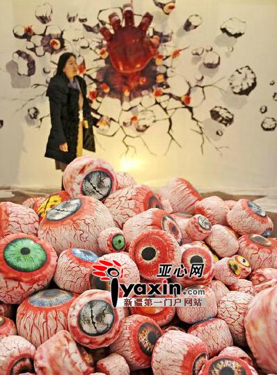 12月5日,一位观众在观看乌鲁木齐市一家广告公司的创意作品。