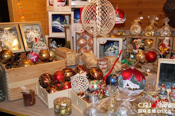 国际在线消息(记者 汤黎):随着圣诞节的临近,波兰各地都开始举行圣诞集市。在首都华沙老城附近搭建起了几十个小木屋,出售各种圣诞装饰品、民间艺术品和手工艺品、与圣诞装饰有关的圣诞树以及用干树枝和干花编成的门前挂的圣诞花环等。人们在集市上还可以品尝或购买各种圣诞小吃、甜点、糖果、香肠和奶酪以及特制的加热蜂蜜酒等传统圣诞饮食。