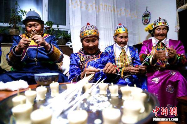 在新疆巴音郭楞蒙古蒙古自治州博湖县,保留着很多蒙古族民族传统节日,祖鲁节就是其中的一个。 12月16日,在卫拉特蒙古族传统节日祖鲁节来临之际,博湖县芦花社区加娃老人一家身穿华丽的民族服饰,欢聚一堂,点燃祖鲁灯祈福幸福生活,共同欢庆节日的到来。 每年这一天,全家人都会聚在一起,老人和孩子们一起卷灯芯、浇油、点祖鲁灯。祖鲁灯的数量是有讲究的,每个人按照虚岁数卷制,今年一共制作了2000多根。加娃老人乐呵呵的说道。 据悉,祖鲁节也叫点灯节,每年农历十月二十五日举行,过了此节,每人便长了一岁。这天,大家首
