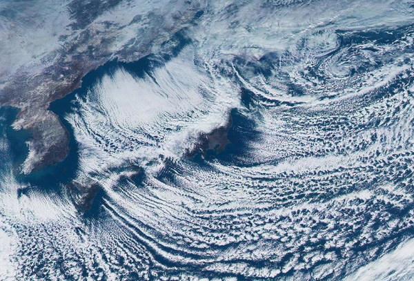 日本气象卫星首次拍到地球彩照(组图)