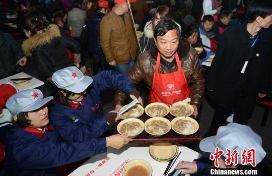 """工作人员为前来纪念毛泽东的民众端上""""福寿面""""。 杨华峰摄"""
