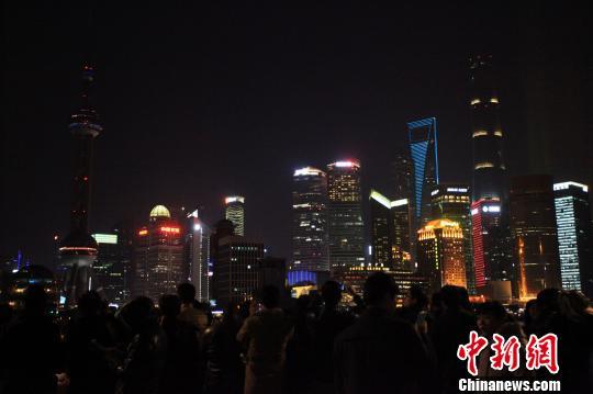 上海浦江两岸为外滩踩踏事件遇难者熄灯追思
