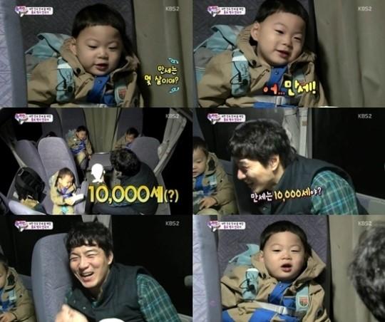 """在昨日下午播出的KBS2TV综艺节目《Happy Sunday-超人回来了》中,宋一国带着三胞胎一起参观了日本的水族馆,吸引了大家的关注。 当天,宋一国和三胞胎参观完水族馆后,一起坐大巴回到住处,并度过了愉快地时光。宋一国拿着可爱的白色海豚宝宝说着:""""万岁几岁了啊?""""可爱的万岁表示:""""万岁就是万岁啊!"""" 对此,宋一国十分意外地大笑起来,并表示:""""万岁是万岁啊!爷爷,你好啊!""""引发了爆笑。"""