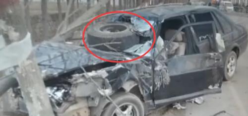 事故,一黑一白两辆车猛烈撞击当场报废,导致一人死亡多人受伤.