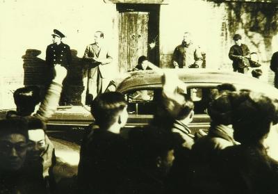 事件(上)     北平抗议美军暴行的各校大学生在军调部(即协和医院)门