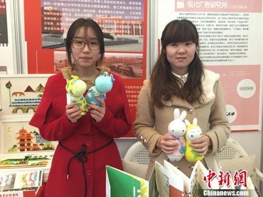 学生亲手制作的袜子娃娃 盛捷 摄 中新网南京1月18日电 (盛捷)18日,在南京一场规模较大的创意秀场上,众多南京本土原创悉数亮相,用创意向市民展现印象中的南京,其中南京铁道职业技术学院等高校学生亲手制作的文创产品引起了众多市民的驻足。 此次的创意秀场在南京算是规模较大的一次,由高校团等领衔,南京、苏州、无锡、景德镇等地的大学生、独立设计师、创意工作室、动漫机构等带来玩偶、布艺、纸艺、陶艺、琉璃、首饰、皮具等创意小物,组成阵容庞大的创意市集。 手绘南京浦口地图、半立体纸质南京景点图,袜子娃娃吸引了南京