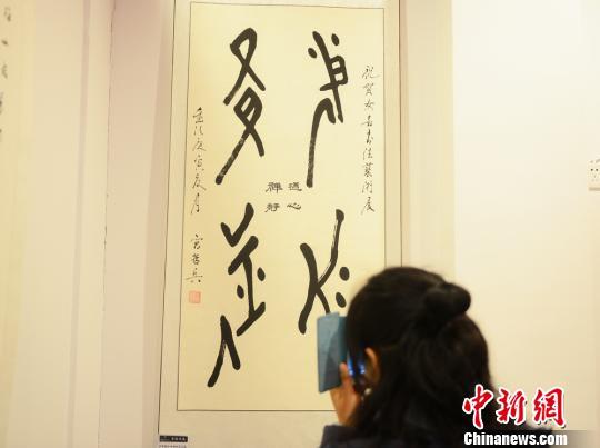 一位市民拍摄女书文字。 杨华峰 摄
