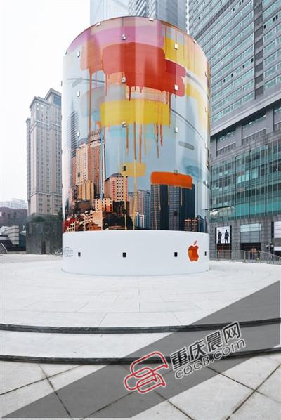 经发现,遮挡在圆柱体建筑上的艺术围挡在26日晚已经被取下,露出了图片