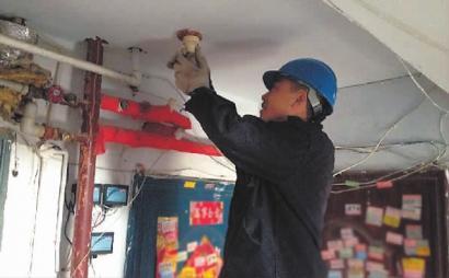 17a栋4单元楼道内的声控灯坏了8个月,至今没人修理,给居民生活带来