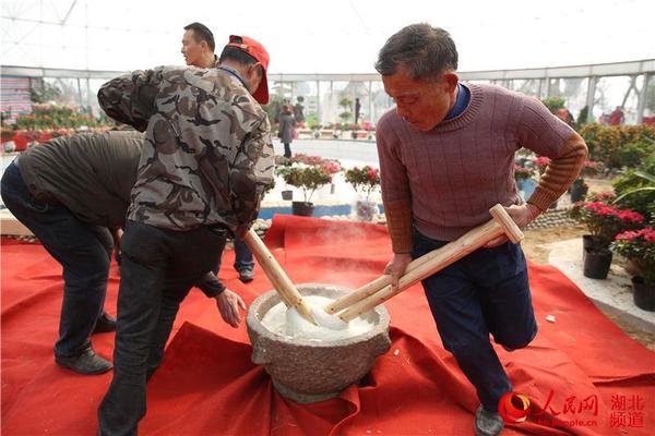 武汉市新洲区:老外到农村打糍粑 感受中国年俗