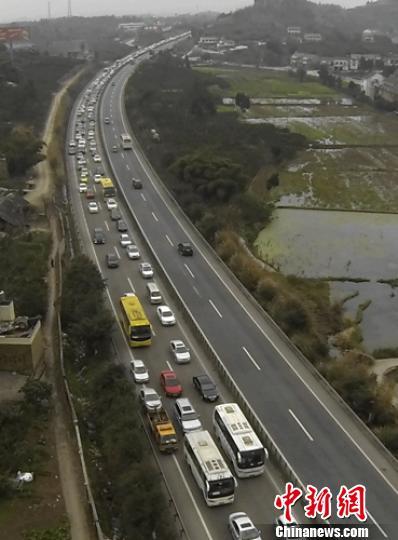 四川成乐高速春节期间1615起占用应急车道